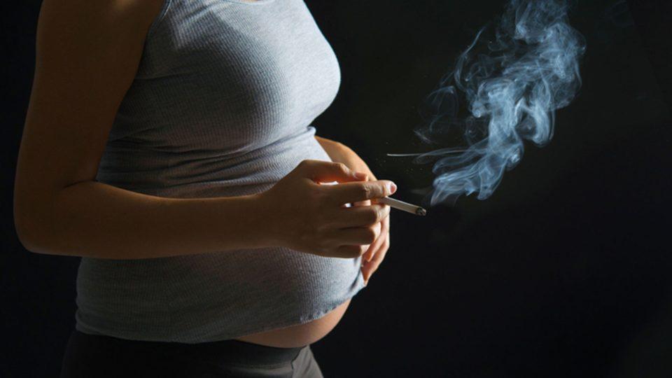 Курение и грудное вскармливание. Что важнее?