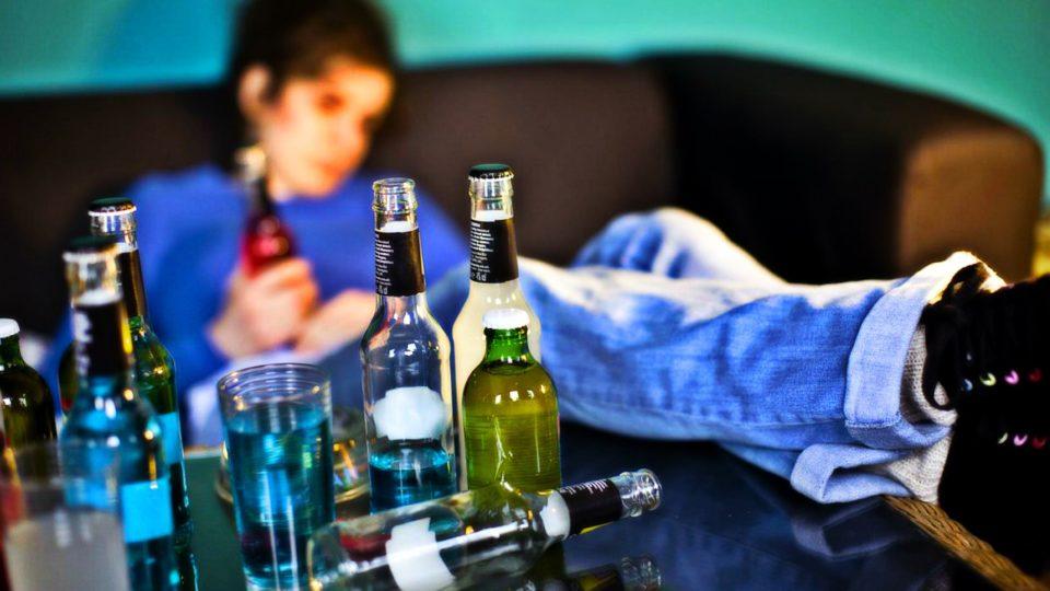 Правда ли, что чаще всего алкоголизмом болеют люди, которых не любили в детстве? Ответ врача